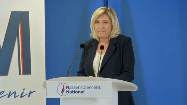 """Crise sanitaire: Marine Le Pen dénonce une politique """"du chien crevé au fil de l'eau"""""""