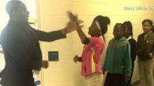 Professor cria apertos de mão personalizados para cada aluno de sua classe
