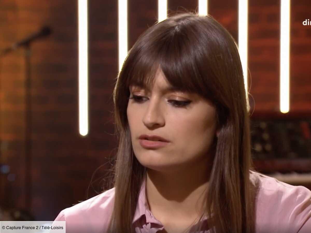 """The Artist : Clara Luciani confie avoir eu """"du mal"""" à assumer son rôle dans le télécrochet de Nagui (VIDEO)"""