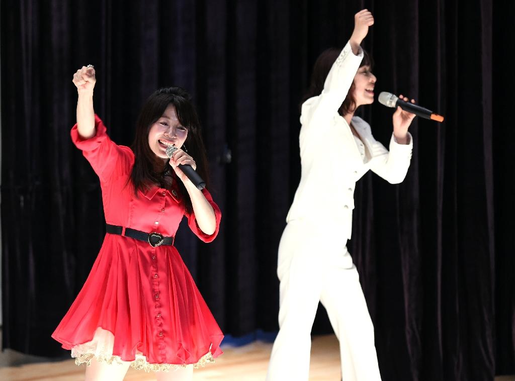 Manami Kitao (L) and Megumi Ikatsu of Paix2 perform at the Kurobane prison, north of Tokyo on May 16, 2015 (AFP Photo/Toshifumi Kitamura)