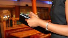Ao deixar gorjeta baixa, cliente de restaurante relata situação hostil com garçonete