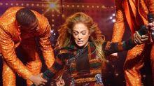 Bailarines van al auxilio de Jennifer Lopez durante show