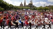 Nearly 900 Mexican performers set world record for folk dance