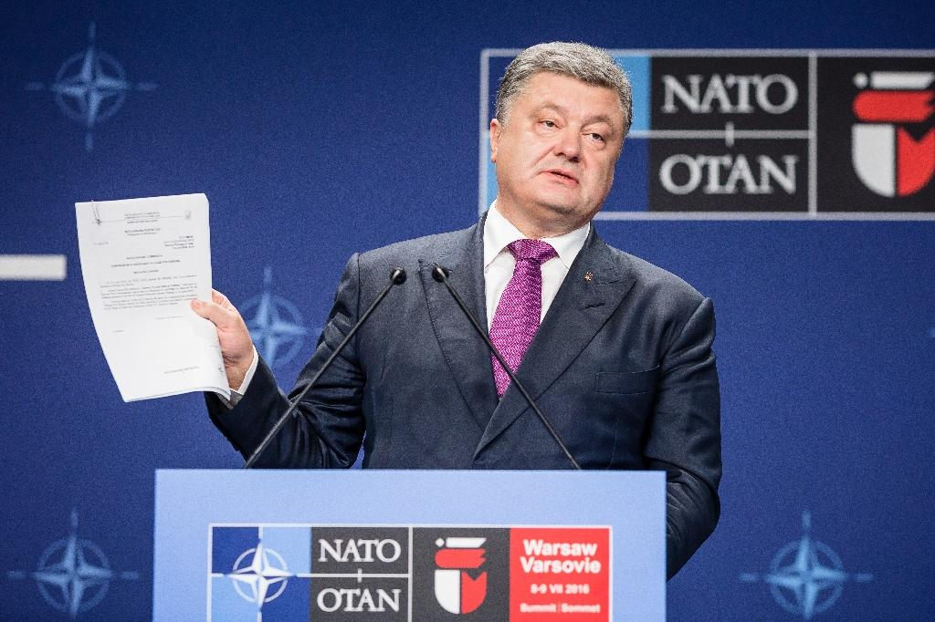 Ukraine's President Petro Poroshenko holds a paper during a joint press conference with the NATO Secretary General after a NATO Summit session on Ukraine during the second day of a NATO Summit in Warsaw, Poland on July 9, 2016 (AFP Photo/Wojtek Radwanski)