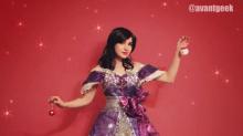 ¿Qué hacer con la envoltura de los regalos? Esta mujer diseña increíbles vestidos