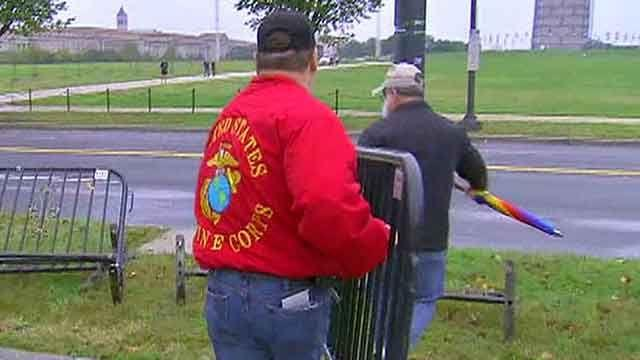 Veterans push through barricades to gather at WWII Memorial
