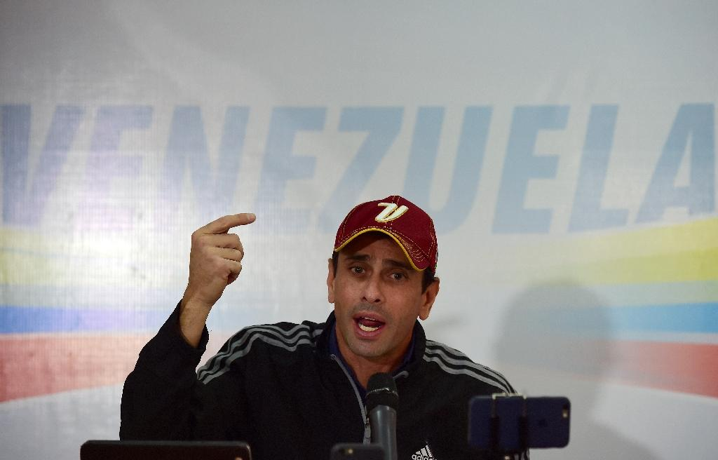 Venezuelan opposition leader Henrique Capriles speaks at a press conference in Caracas on October 25, 2016, announcing that the opposition would continue their strategy to oust President Nicolas Maduro (AFP Photo/Ronaldo Schemidt)