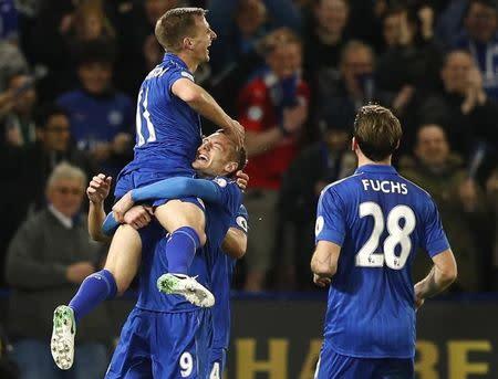 El jugador del Leicester City, James Vardy, celebra su segundo gol con sus compañeros, en el Estadio King Power.