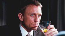 """James Bond sería un """"alcohólico severo"""" tras beber cientos de Martinis en 60 años, según un estudio"""