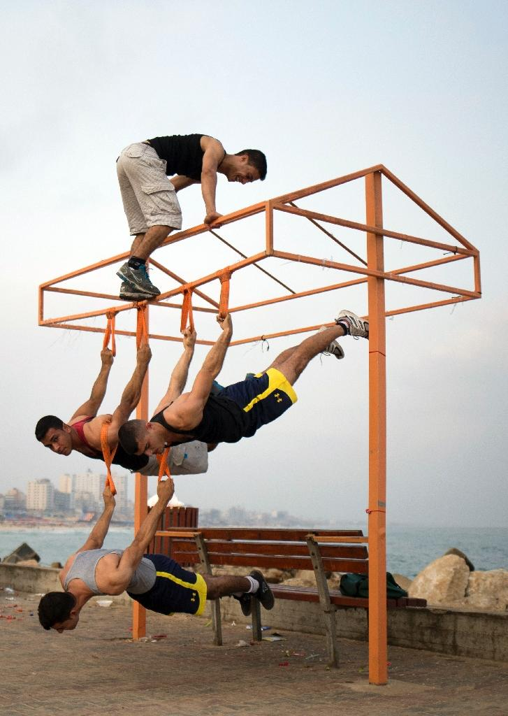 Palestinian group, Bar Palestine, take part in demonstration of street exercises on the Gaza City beach (AFP Photo/Mohammed Abed)