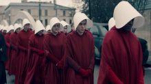 Elisabeth Moss califica de honor que su atuendo en El cuento de la criada se haya convertido en un icono feminista