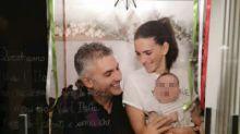 """""""Grazie a chi ci è stato vicino"""": la foto di Mattia, il paziente 1 di Covid, con sua moglie e la figlia Giulia"""