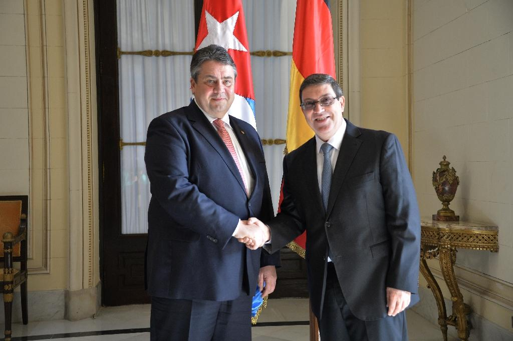 Cuban Foreign Minister Bruno Rodriguez (R) shakes hands with German Vice Chancellor and Economy Minister Sigmar Gabriel at the Foreign Affairs Ministry in Havana, on January 7, 2016