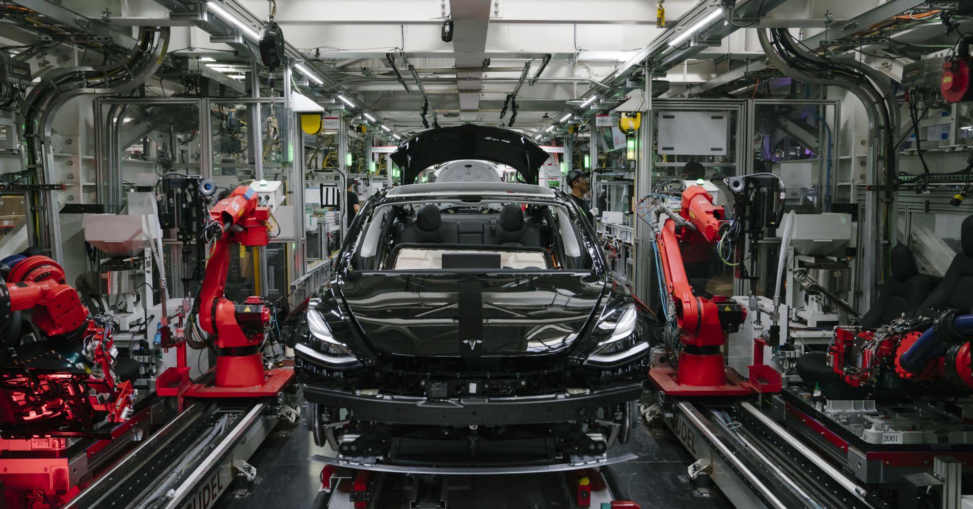 Tesla dives, but analysts stay bullish: Job cuts signal