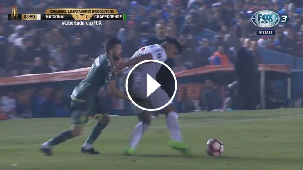 VIDEO: ¿Qué estaba buscando? Rossi se fue expulsado por tocarle las nalgas