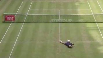 Lo nunca visto: Tsonga y Paire se ponen a jugar al fútbol en pleno partido de tenis