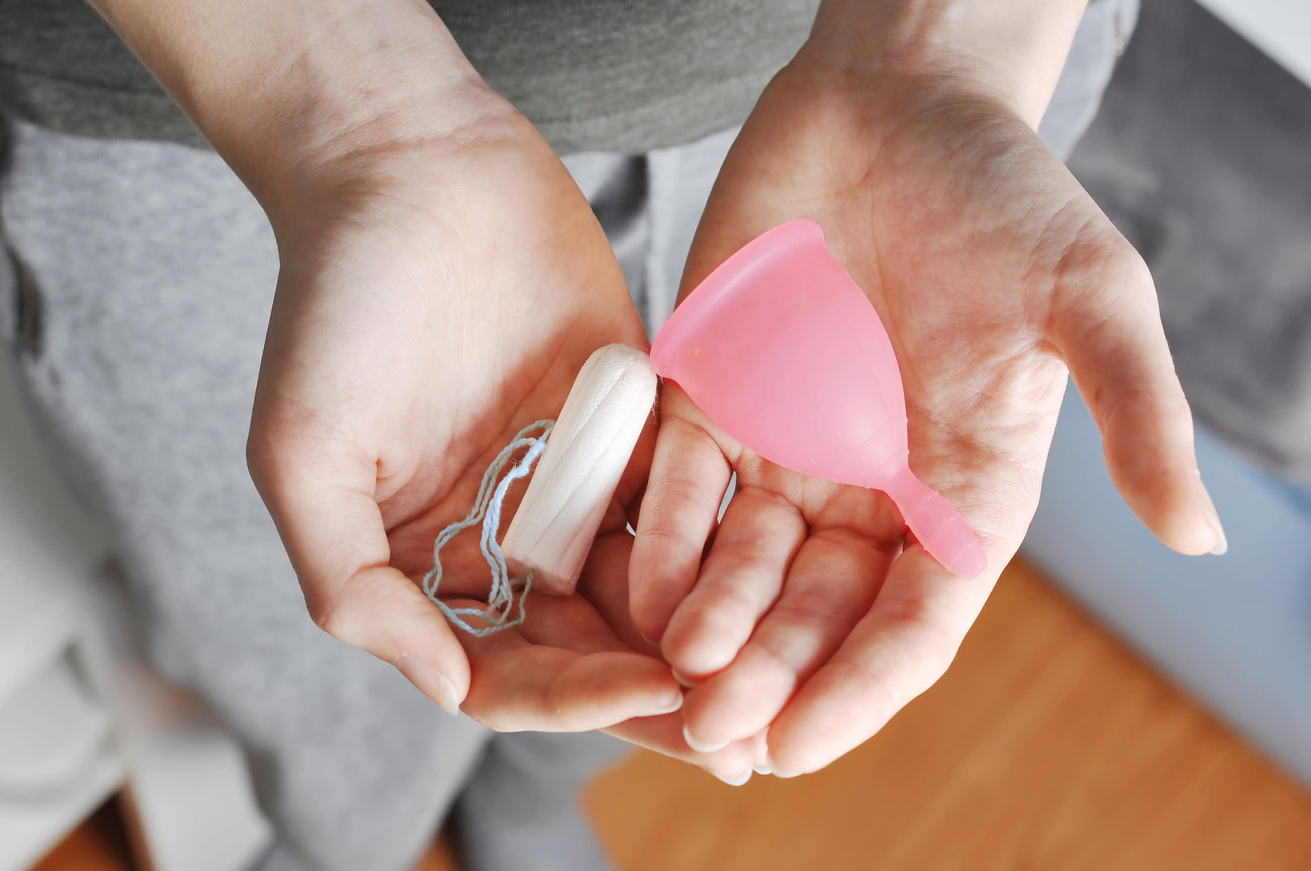 Con productos como la copa menstrual y compresas reutilizables de tela se puede tener una menstruación más saludable y sostenible, contribuyendo así con la reducción del grave impacto ambiental que se vive hoy en día. (Foto: Getty)