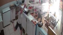 Comerciante se defiende de un ladrón arrojándole un cubo de agua fría