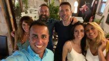 Di Maio, selfie in compagnia senza rispettare le norme anti - covid
