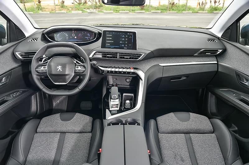 5008上頭所謂第二代i-Cockpit座艙不僅設計漂亮,包括軟質塑料、硬質塑料、真皮、類金屬鍍料、鋼琴烤漆以及斜紋布等多重材質竟也能搭配得天衣無縫。