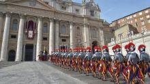 Vatican: quatre gardes suisses testés positifs au coronavirus