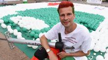Mann lässt 10.000 Luftballons mit Pogo Stick platzen