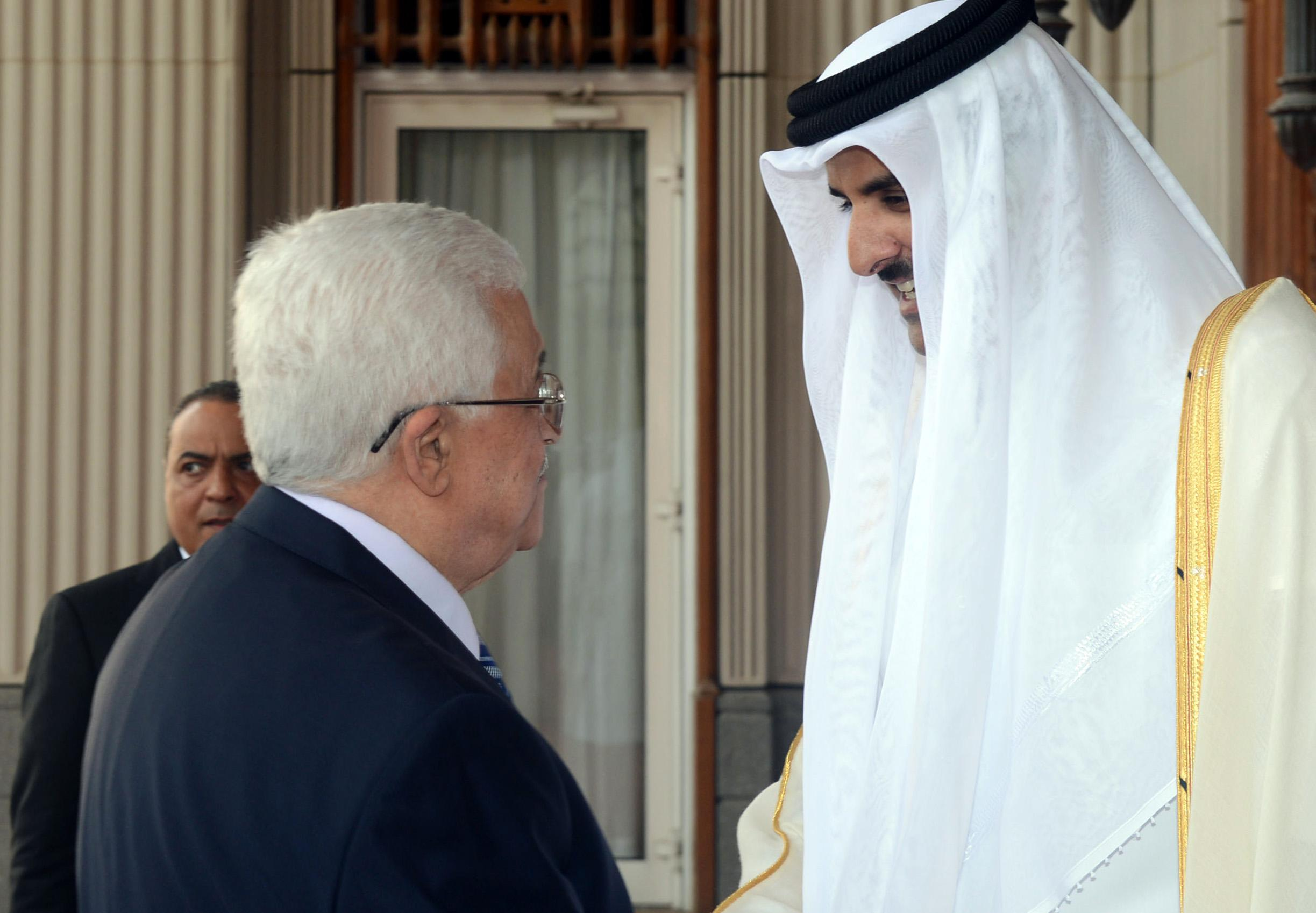 Palestinian president Mahmud Abbas (L) greets Emir of Qatar Sheikh Tamim Bin Hamad al-Thani in Doha on August 21, 2014, in a pictured released by the president's office (AFP Photo/)