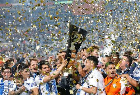 Los jugadores del Pachuca de México sostienen el trofeo después de ganar la final de la Liga de Campeones de la Concacaf contra Tigres, en Pachuca, México.