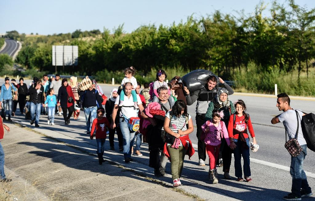 Syrian refugees and migrants walk along the highway on September 15, 2015, on their way to the border between Turkey and Greece in the northwestern Turkish city of Edirne (AFP Photo/Bulent Kilic)