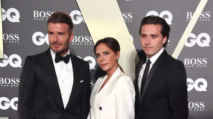 Victoria Beckham sonríe en una  foto y su familia la trolea