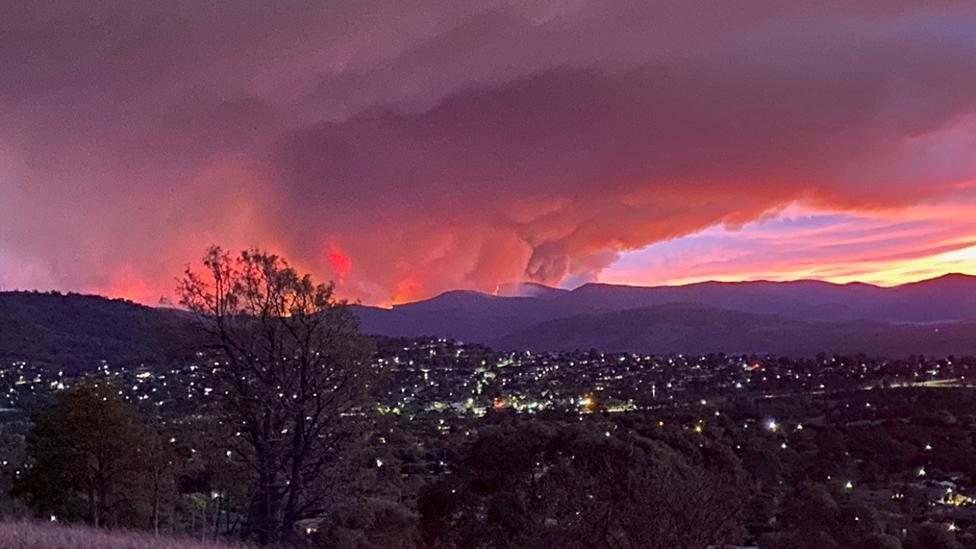 'Disaster tourists' warned over 'Insta-worthy' photos of Canberra bushfire