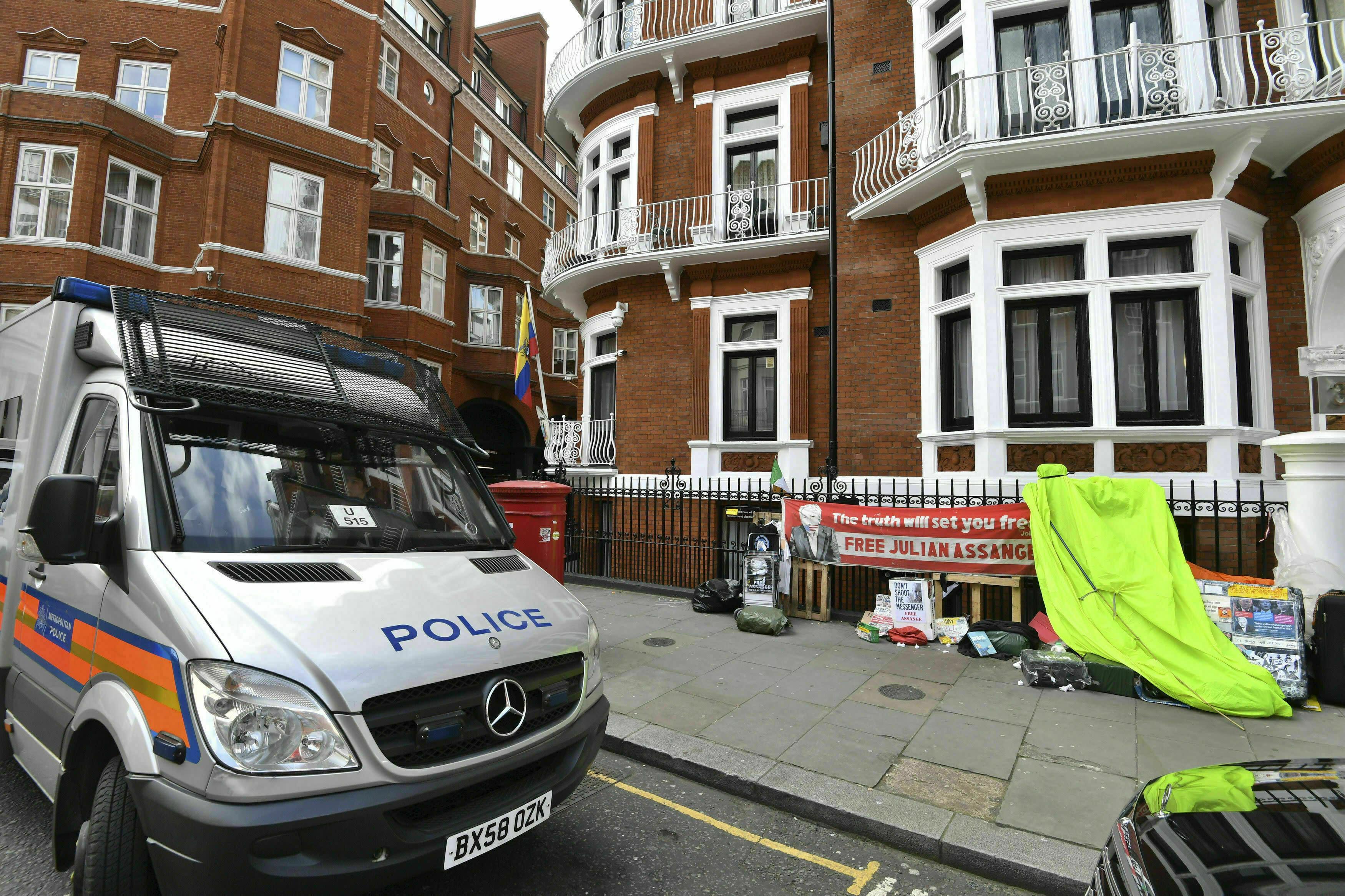 En la imagen, un vehículo policial estacionado en el exterior de la embajada de Ecuador en Londres tras la detención del fundador de WikiLeaks, Julian Assange, el 11 de abril de 2019. (John Stillwell/PA via AP)