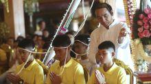 Tras rescate, niños tailandeses piden fortuna en un templo