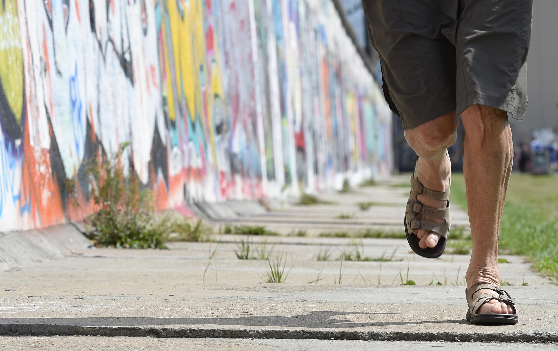 """Marathon runner Sigrid Eichner runs along the old Berlin Wall on August 11, 2014, before the start of the third """"100MeilenBerlin"""" marathon event (AFP Photo/Tobias Schwarz)"""