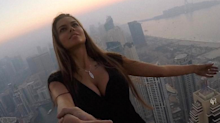 Una modelo se cuelga de un rascacielos sin arnés… ¡por una foto!