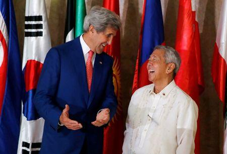 U.S. Secretary of State John Kerry (L) meets Philippine Foreign Affairs Secretary Perfecto Yasay at the Department of Foreign Affairs in Pasay city Metro Manila, Philippines July 27, 2016. REUTERS/Erik De Castro