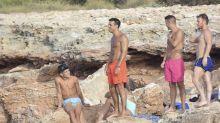 Mario Casas luce abdominales en Ibiza junto a sus amigos