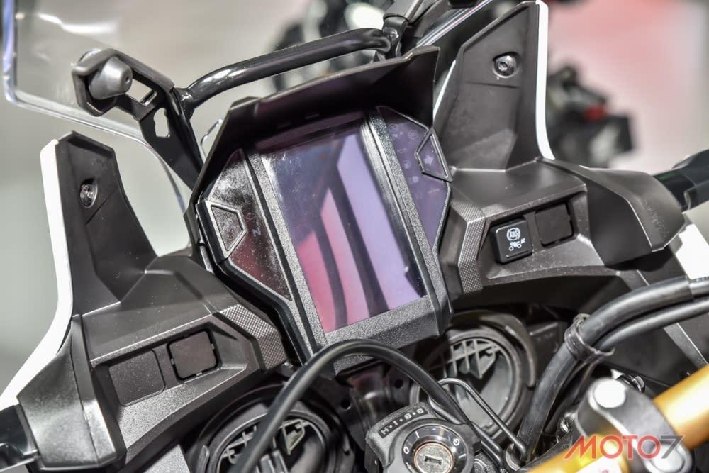 大面積直立式LCD全液晶儀表板。