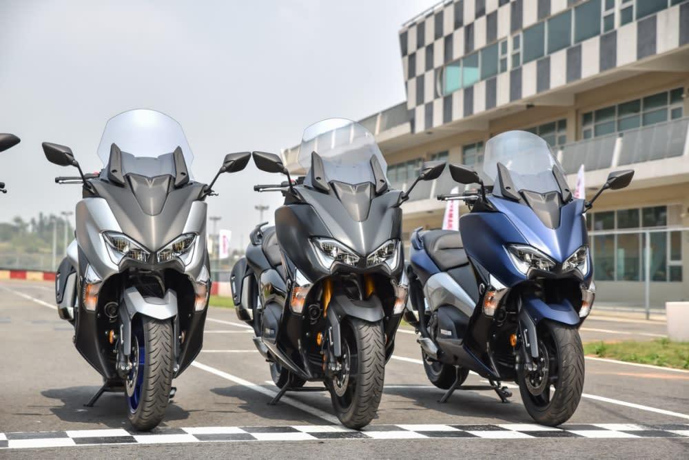 DX 有消光藍、SX 則為消光銀,至於消光黑兩款車型皆有提供。