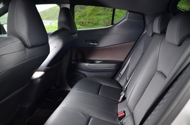 ▲受限低斜車頂的外型限制,後方乘客頭頂的壓迫感較為明顯,窄小的後窗也容易造成視覺壓迫