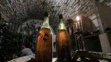 Garrafa de vinho de 1774 é leiloada por mais de 100 mil euros
