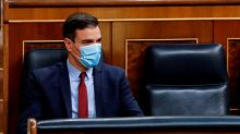 Sánchez, debilitado políticamente, anuncia la vuelta del fútbol y de los turistas a España