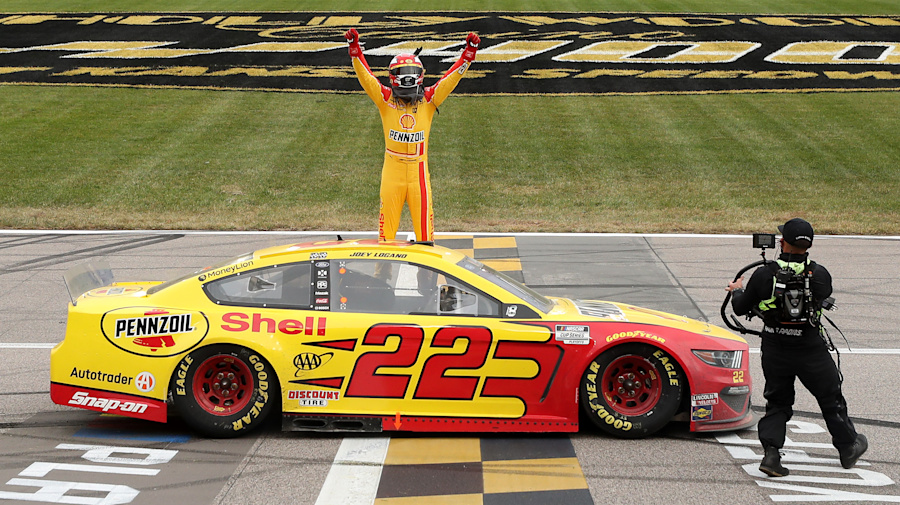 Logano wins in Kansas, will have shot at title