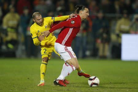Jogador do Rostov Timofei Kalachev em lance com Ibrahimovic