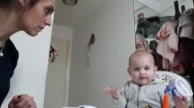 Esta bebé tiene claro que no le gusta la papilla y te va a explicar por qué (vídeo)