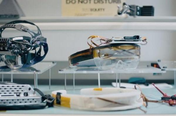HoloLens promo video gives a glimpse of early prototypes