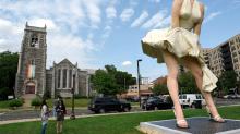 Estatua de Marilyn Monroe en icónica pose indigna a una iglesia