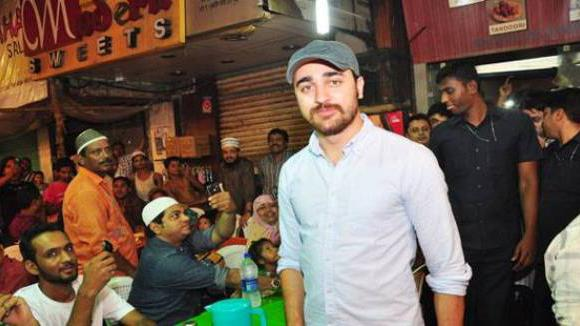 Imran celebrates Roza Iftaar with Fans