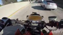 Se salvó de milagro… Motociclista terminó debajo un camión ¡y sobrevivió!