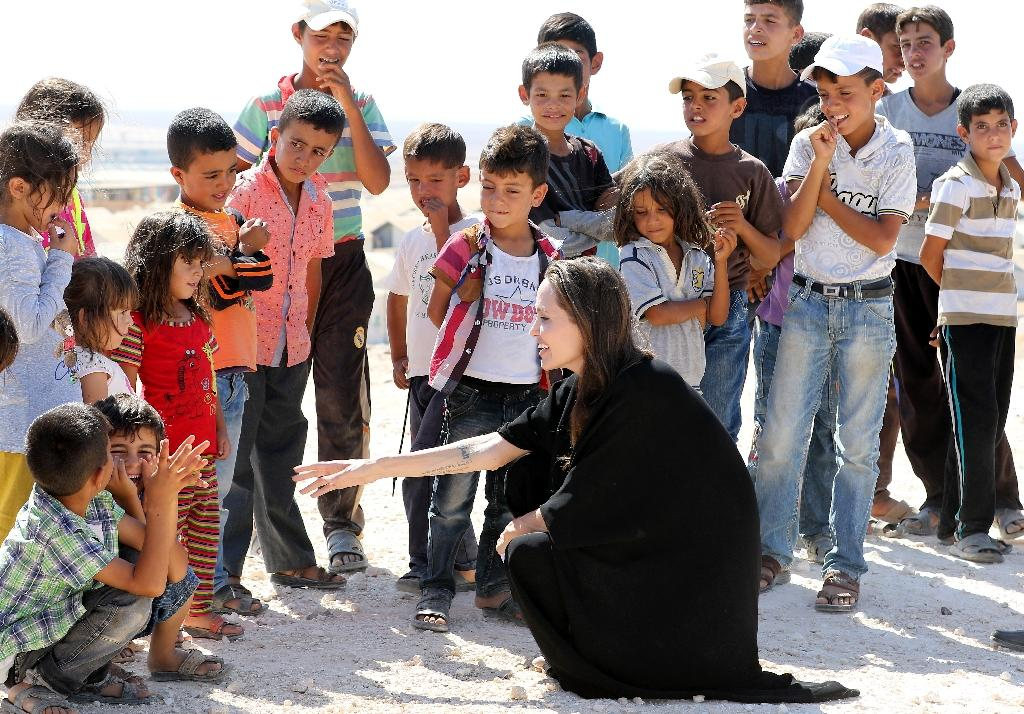 Special envoy for the UN refugee agency, Angelina Jolie talks to children during a visit to a Syrian refugee camp in Azraq in northern Jordan, on September 9, 2016 (AFP Photo/Khalil Mazraawi)